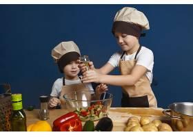 戴着厨师帽的可爱小男孩站在厨房餐桌旁_10897564