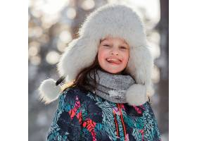 戴着帽子的中景笑脸女孩_13106670