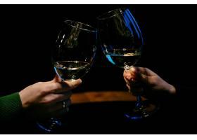 手拿着一杯香槟一对家庭夫妇特写镜头_2593658