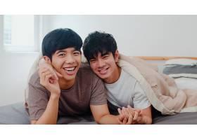 描绘年轻的亚洲同性恋情侣在家中感到幸福_6136961
