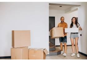 搬进新房子的年轻家庭_10025382