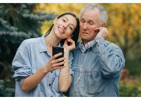 教她祖父如何使用电话的女孩_7590539