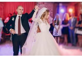 新娘和新郎在跳舞_920082