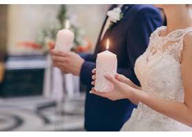 新娘和新郎手持蜡烛_940238