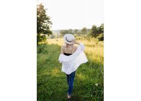 日落时分一名孕妇走在公园里_12967112