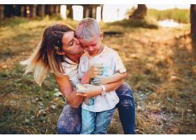 母亲和儿子在夏季公园里玩耍_4209514