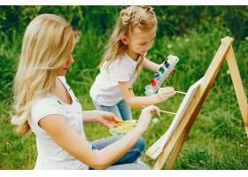 母亲和女儿在公园里画画_4049101