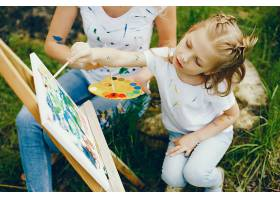 母亲和女儿在公园里画画_4049111