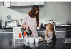 母亲和女儿在厨房里_3826841