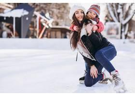 母亲和女儿在溜冰场上教滑冰_6641652