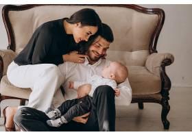 有了第一个孩子幸福的家庭_4410435
