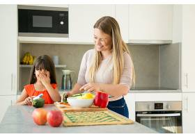 欢快的母女俩一边做饭一边谈笑风生女孩_9649002
