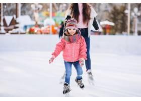 母亲和女儿在溜冰场上教滑冰_6641659