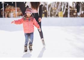 母亲和女儿在溜冰场上教滑冰_6641663