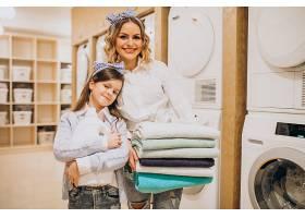 母亲和女儿在自助洗衣店洗衣服_6636884