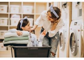 母亲和女儿在自助洗衣店洗衣服_6636935