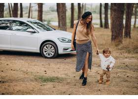 母亲和她的儿子在停车场的车旁_10298354