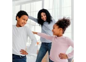 母亲在家中与孩子跳舞的前景_13108822