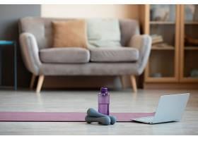 带有瑜伽垫和哑铃的室内设计_10847273