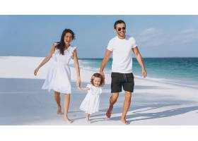 带着小女儿的年轻家庭在海边度假_5175785