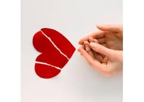 带着结婚戒指的破碎的心_8004113
