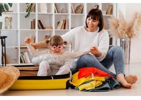 带着行李的全景母亲和女孩_13106688