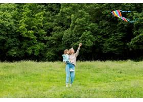 年轻人在户外妈妈在放风筝_9009714