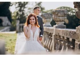 年轻夫妇在外面拍婚纱照_5578233