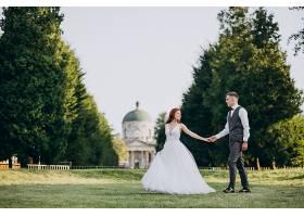 年轻夫妇在外面拍婚纱照_5578243