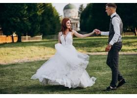 年轻夫妇在外面拍婚纱照_5578247