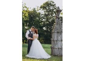 年轻夫妇在外面拍婚纱照_5578250