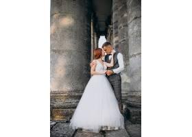 年轻夫妇在外面拍婚纱照_5578458
