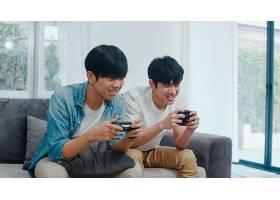 年轻的亚洲同性恋情侣在家里玩游戏十几岁_6139019
