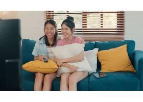 年轻的亚洲女同性恋LGBTQ女性情侣在家看电_5503783