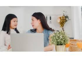 年轻的亚洲女商人在家中用笔记本电脑工作时_6142456