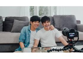 年轻的亚裔同性恋夫妇在家中有影响力的夫妇_6139022