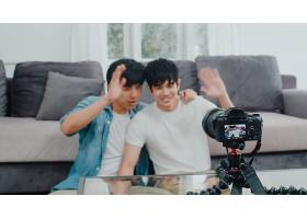 年轻的亚裔同性恋夫妇在家中有影响力的夫妇_6139023