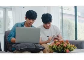 年轻的亚裔同性恋夫妇在现代家庭中使用笔记_6139012