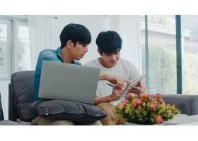 年轻的亚裔同性恋夫妇在现代家庭中使用笔记_6139013