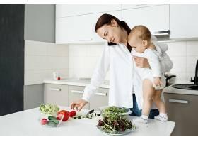 年轻的母亲一边照顾小孩一边打电话一边_9696766