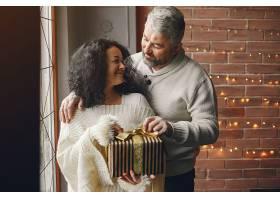 年龄和人口观背景灯上有礼品盒的高年级夫_10703426