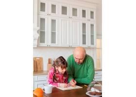 厨房里的中枪爷爷和女孩_12975239