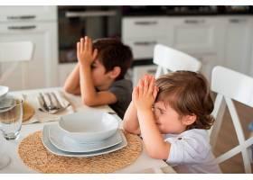 可爱的孩子们在家里祈祷_8510843