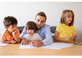 可爱的爸爸和可爱的孩子在餐桌上用记号笔作_11622919