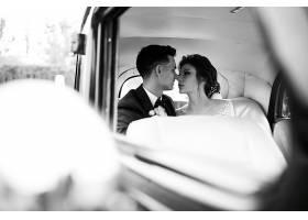 复古汽车拍摄的新人婚纱照_3035020