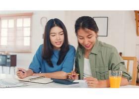商业报道亚洲女同性恋者LGBTQ女性夫妇在家_5503752