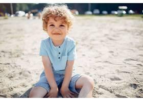 在沙滩上玩耍的可爱的小孩子_5251355