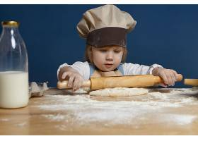 在烹饪车间制作饼干或其他糕点时欧洲容貌_10897616