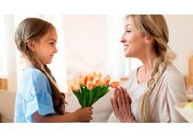 女儿送给母亲一束郁金香作为礼物_10604701