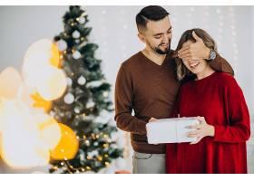 一对夫妇一起庆祝圣诞节_12178418
